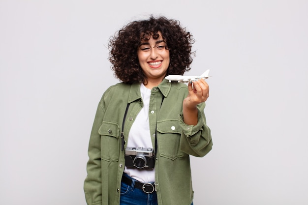 Arabische hübsche frau mit einem flugzeugmodell
