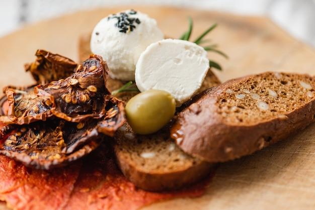 Arabische käsebällchen mit gewürzen rosmarin, nigella, kalindzhi, sumy, garam masala auf holzschreibtisch