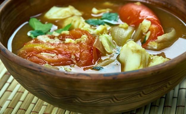 Arabische küche - bapalo, traditionelle omanische fischsuppe, ansicht von oben.