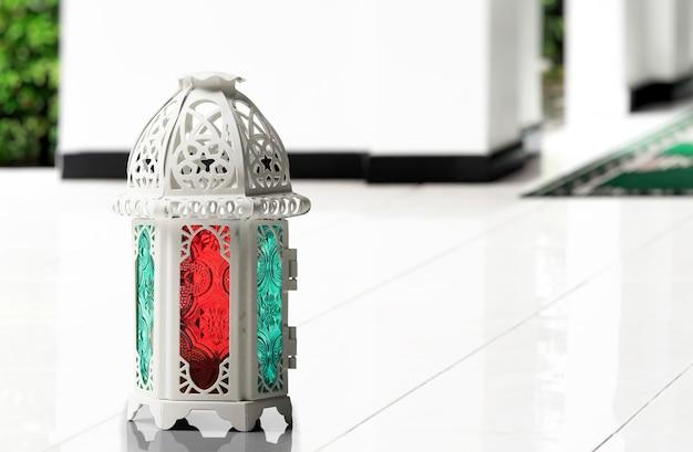 Arabische lampe mit buntem licht auf der moschee
