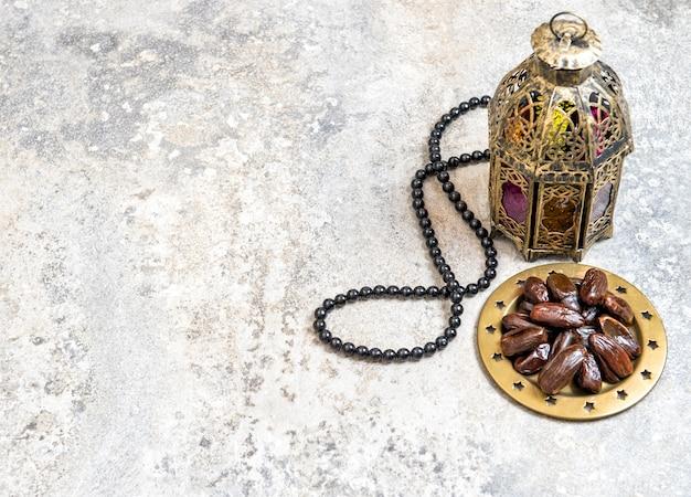 Arabische laterne datiert rosenkranz ramadan dekoration