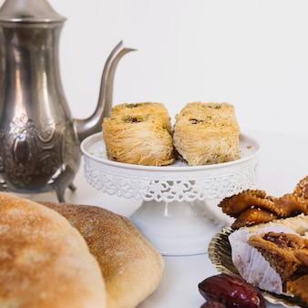 Arabische lebensmittelzusammensetzung für ramadan mit brot und gebäck