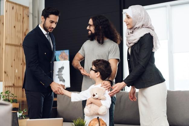 Arabische leute an der rezeption im psychotherapeutenbüro
