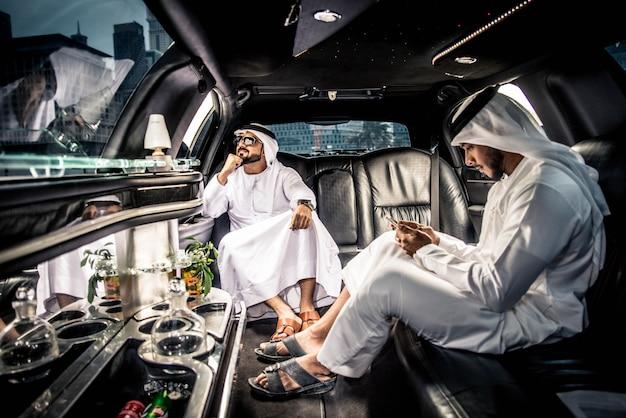 Arabische männer in den emiraten