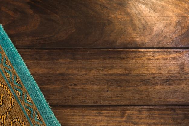 Arabische matte auf holzoberfläche