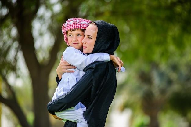 Arabische mutter und sohn Premium Fotos