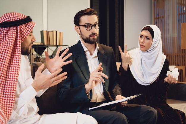 Arabische paare am therapeutenaufnahmestreit