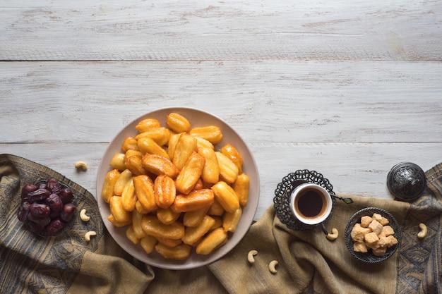 Arabische süßigkeiten tulumba, feier eid ramadan. mit tulumba-araber-sirup getränkter gebratener biskuithonig.