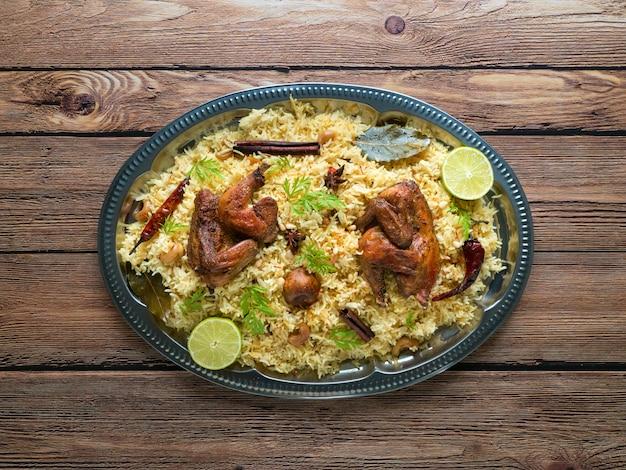Arabische traditionelle futternäpfe kabsa mit fleisch