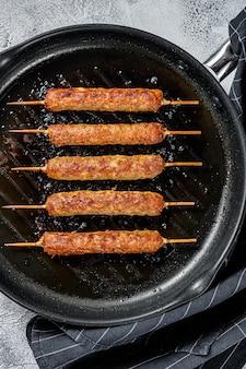 Arabische traditionelle kebabs in einer pfanne