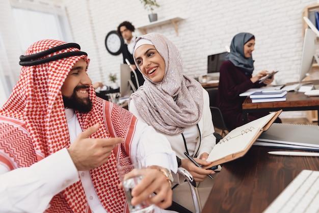 Arabischer büro-team male businessman im rollstuhl.