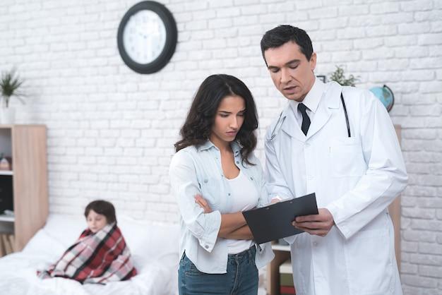 Arabischer doktor, der ein krankes kinderelternteil konsultiert.