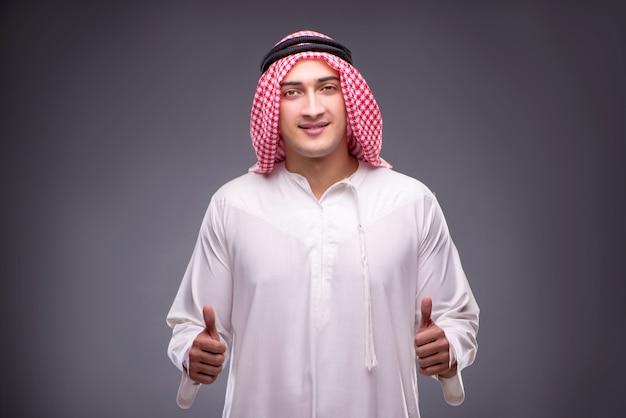 Arabischer geschäftsmann auf grau