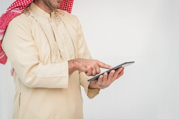 Arabischer geschäftsmann, der an einem handy verwendet