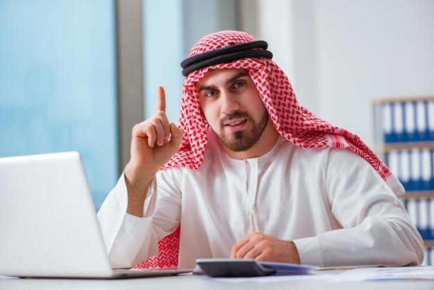 Arabischer geschäftsmann, der an laptop-computer arbeitet