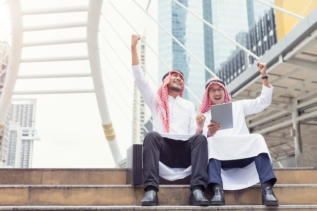 Arabischer geschäftsmann, der feiert