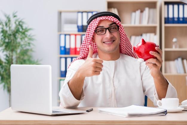 Arabischer geschäftsmann, der im büro arbeitet