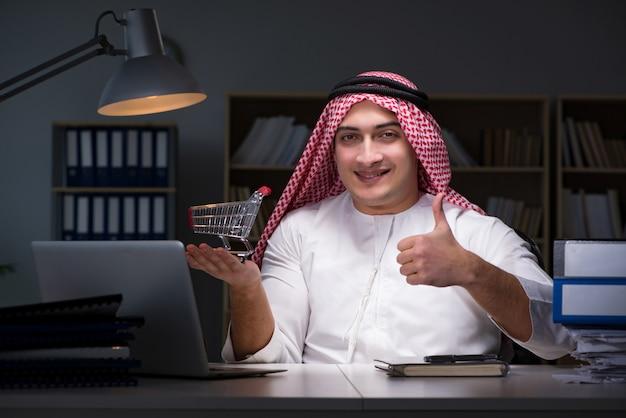 Arabischer geschäftsmann, der spät im büro arbeitet