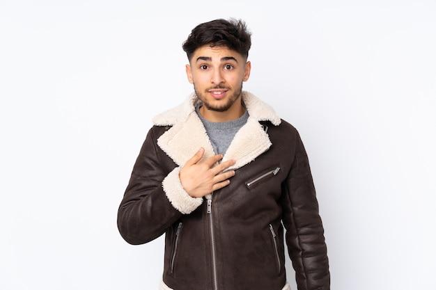 Arabischer gutaussehender mann über isoliert, der auf sich selbst zeigt
