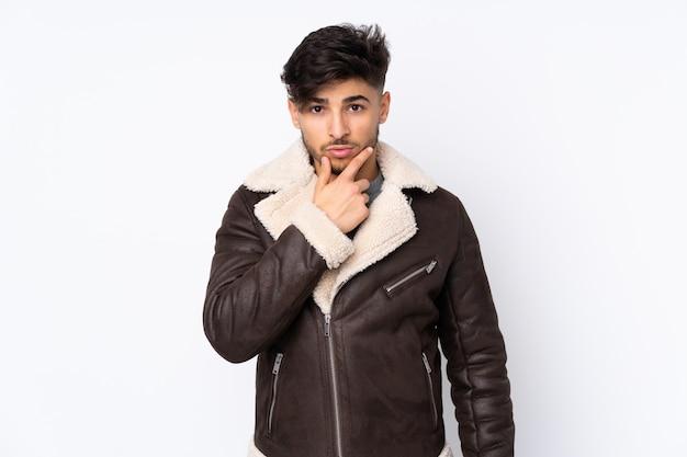 Arabischer gutaussehender mann über wand denken