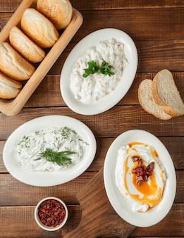 Arabischer humus, hummus, serviert mit gemüse und tomatenölsauce