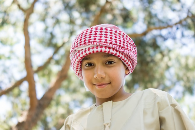 Arabischer junge auf baum
