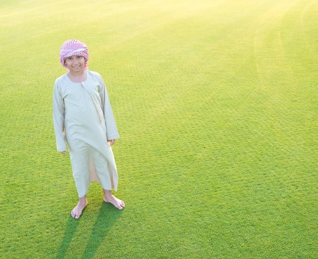 Arabischer junge auf graswiese