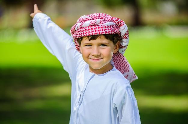 Arabischer junge im park.