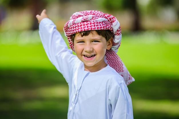Arabischer junge im park. Premium Fotos