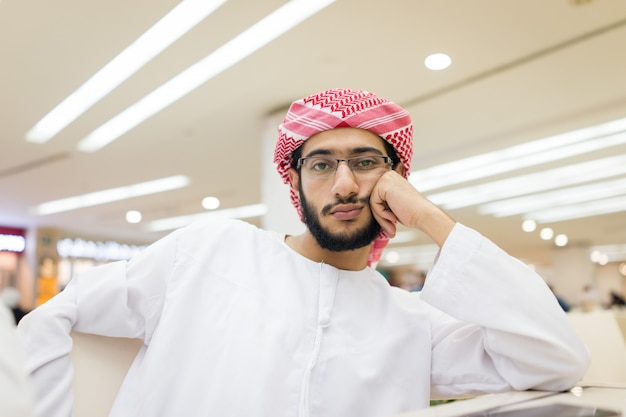 Arabischer junger gelangweilter mann