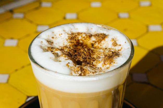 Arabischer kaffee mit gewürzen auf dem orientalischen markt