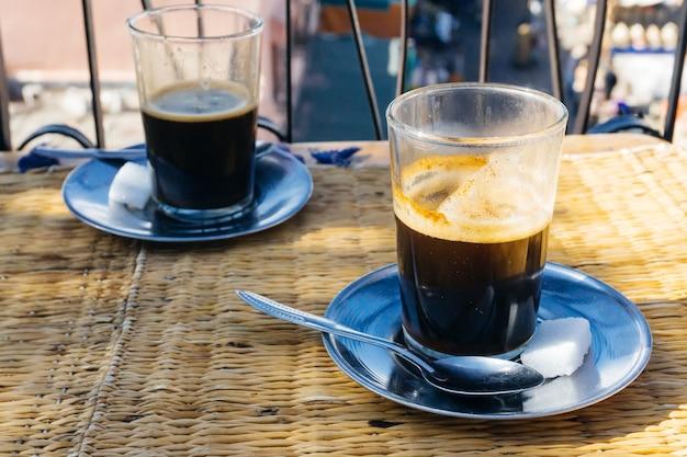 Arabischer kaffee mit gewürzen in der medina von marrakesch auf dem orientalischen markt