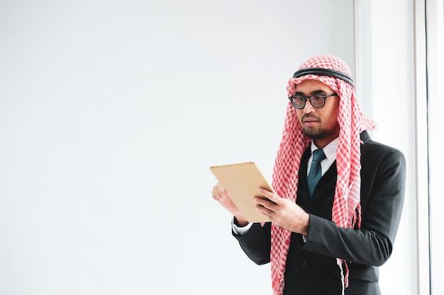 Arabischer männlicher geschäftsmann