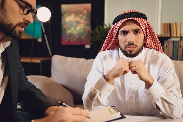 Arabischer mann am psychotherapeutenempfang