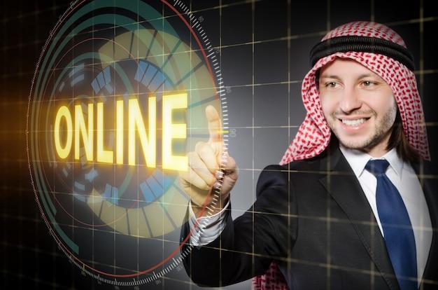 Arabischer mann, der on-line-knopf bedrängt