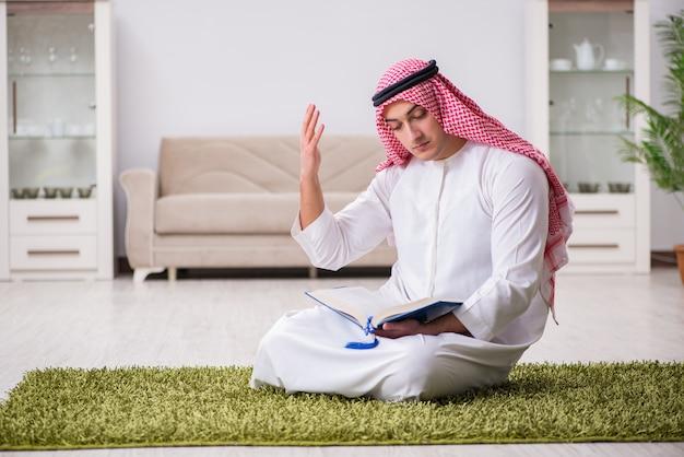 Arabischer mann, der zu hause betet
