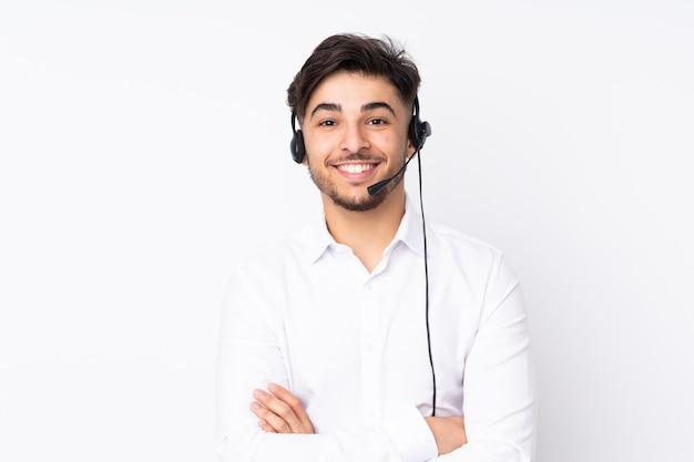Arabischer mann des telemarketers, der mit einem headset arbeitet, das auf weißem wandlachen lokalisiert wird