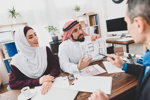 Arabischer mann erhielt gewählten plan der innenarchitektur