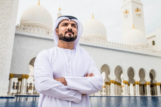 Arabischer mann in der sheikh zayed moschee