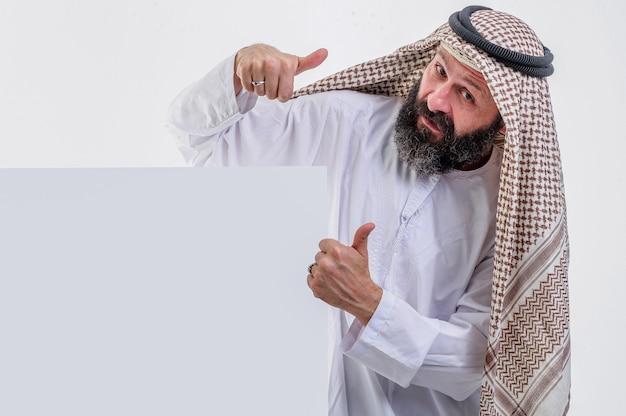 Arabischer mann mit weißem poster und herausgestreckter zunge stockfoto