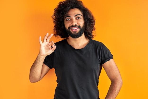 Arabischer mann zeigt ok-geste an der kamera