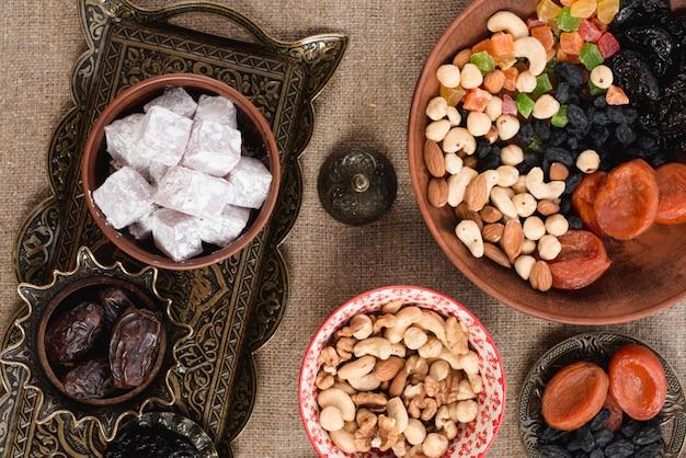 Arabischer ramadan lukum; termine; trockenfrüchte und nüsse auf der tischplatte