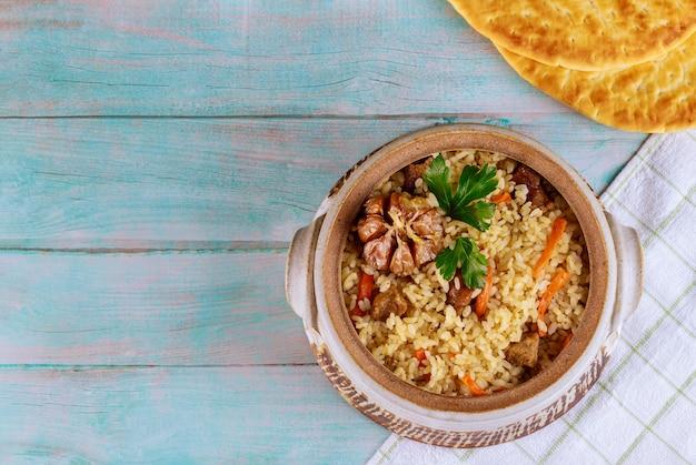Arabischer reis mit gemüse und rindfleisch.