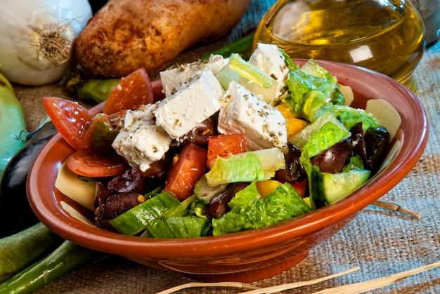 Arabischer salat mit käse überbacken