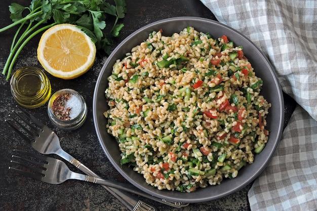 Arabischer salat taboulé in einer schüssel.