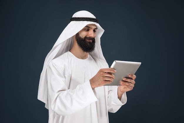 Arabischer saudischer geschäftsmann auf dunkelblau