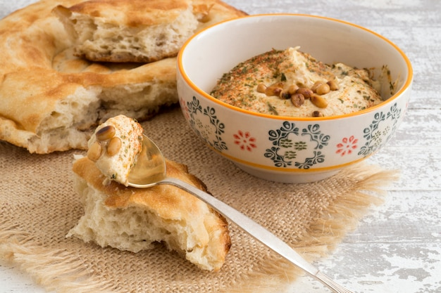 Arabischer snack von kichererbsen hummus mit brot.