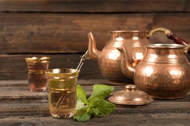 Arabischer tee in gläsern mit teekannen