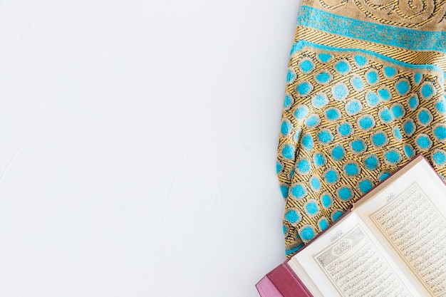 Arabisches buch und teppich