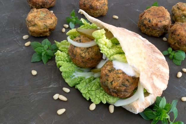 Arabisches essen. falafel auf grauem hintergrund.